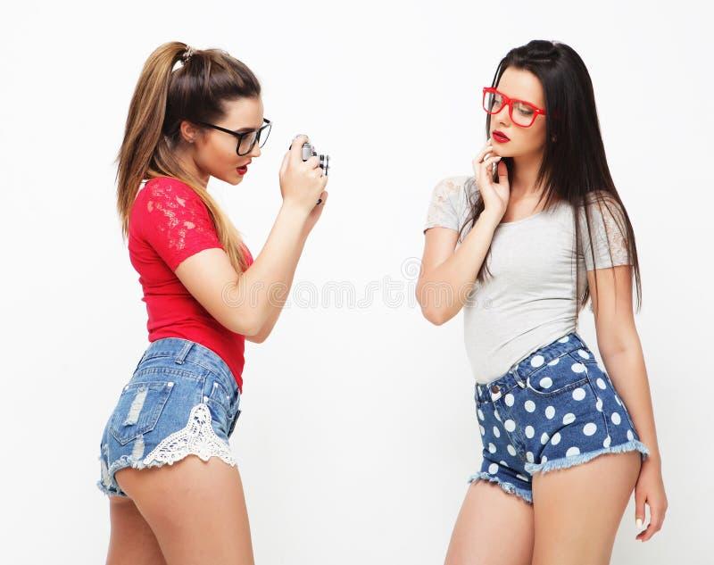 Amigos de meninas felizes que tomam algumas imagens imagem de stock