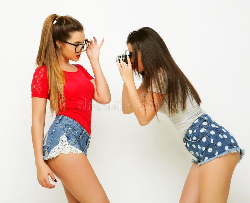 Amigos de meninas felizes que tomam algumas imagens fotografia de stock royalty free