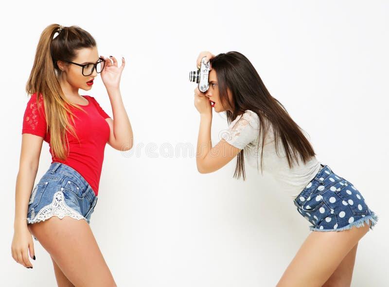 Amigos de meninas felizes que tomam algumas imagens foto de stock