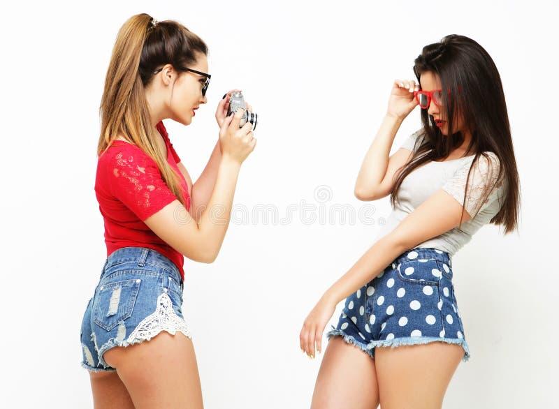 Amigos de meninas felizes que tomam algumas imagens imagens de stock