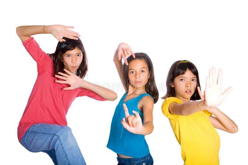 amigos de muchacha en actitudes divertidas del kungfu imagen de archivo libre de regalías