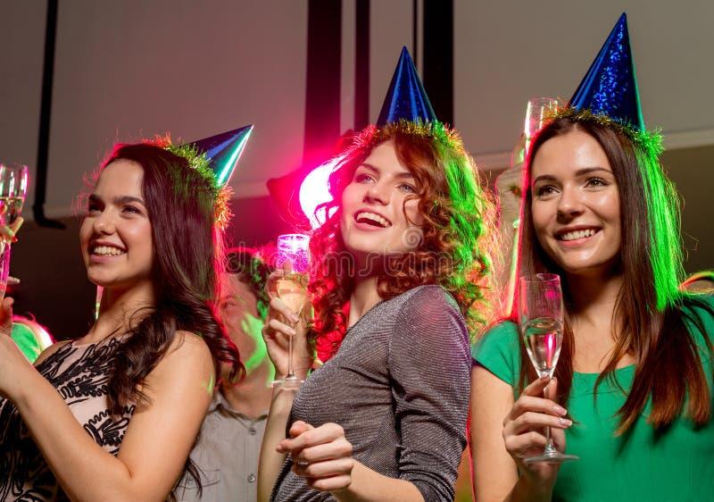 Amigos de sorriso com vidros do champanhe no clube foto de stock royalty free