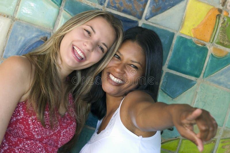 Amigos de sorriso das mulheres fotografia de stock royalty free