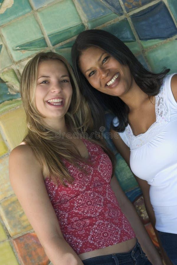 Amigos de sorriso das mulheres fotografia de stock