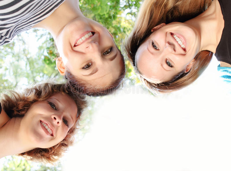 Amigos de sorriso felizes novos foto de stock