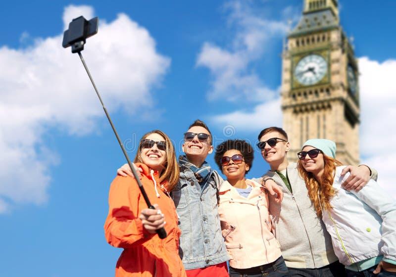 Amigos de sorriso que tomam o selfie com smartphone imagem de stock