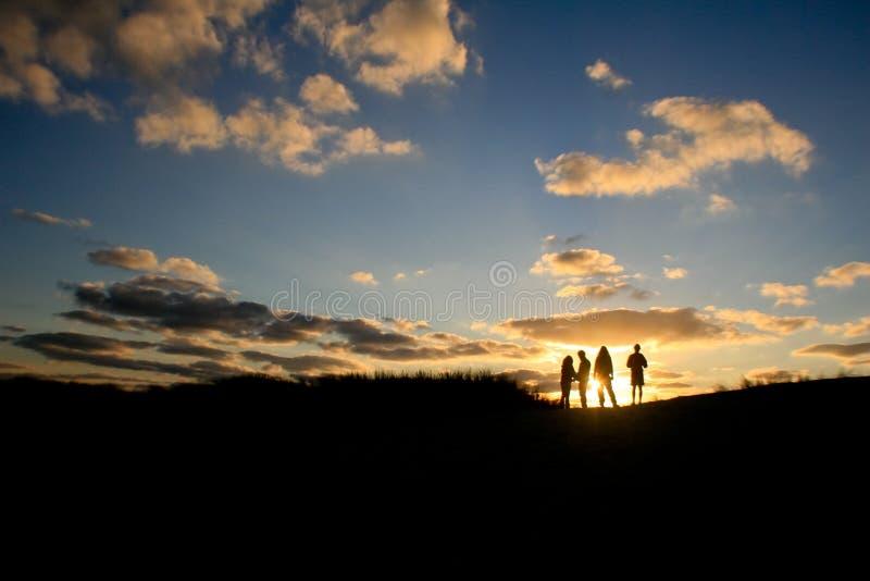 Amigos del grupo de la puesta del sol fotos de archivo libres de regalías