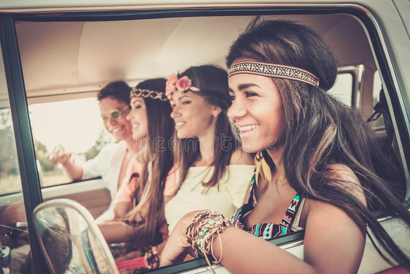 Amigos del hippie en una furgoneta imágenes de archivo libres de regalías