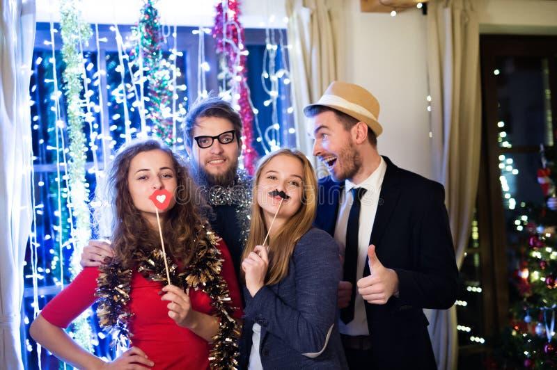 Amigos del inconformista que celebran Noche Vieja juntos, photobooth p fotos de archivo