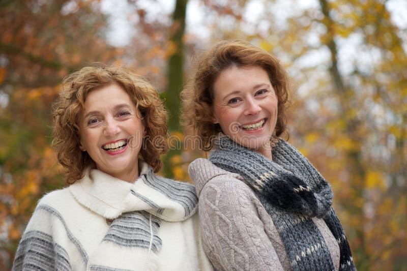 Amigos del otoño imagenes de archivo