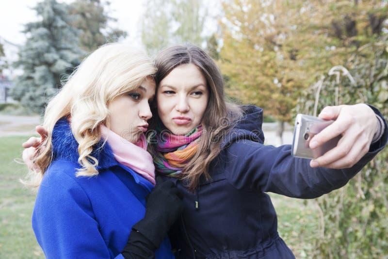 Amigos del uno mismo en otoño imagenes de archivo