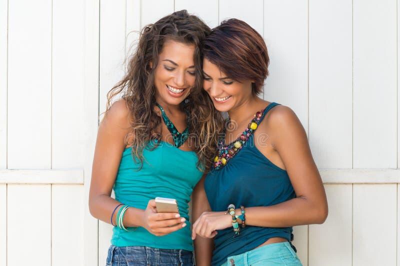 Amigos del verano con el teléfono móvil imágenes de archivo libres de regalías