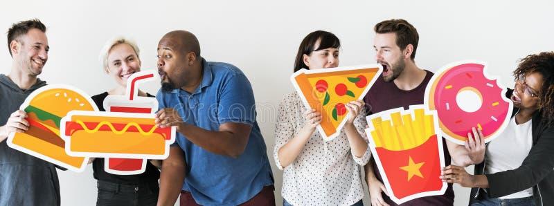 Amigos diversos com ícones do alimento imagem de stock royalty free