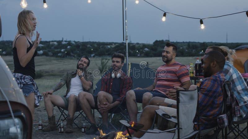 Amigos diversos de risa que juegan charadas en campo fotografía de archivo libre de regalías