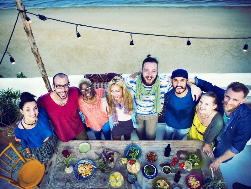 Amigos diversos do verão da praia que mantêm unido o conceito fotografia de stock