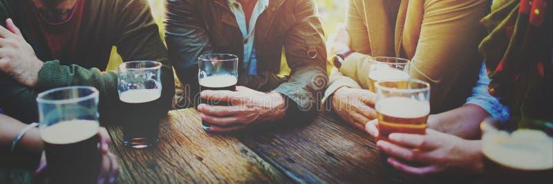 Amigos diversos dos povos que penduram o conceito para fora bebendo fotografia de stock