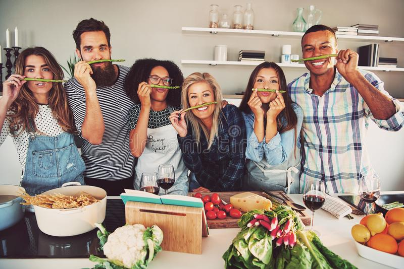 Amigos divertidos que hacen el bigote falso del espárrago fotografía de archivo libre de regalías