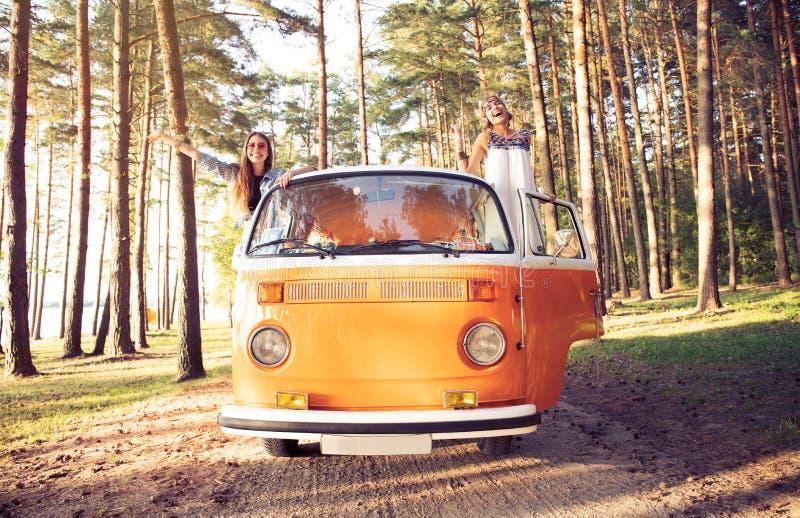 Amigos do moderno na viagem por estrada em um dia de verões foto de stock