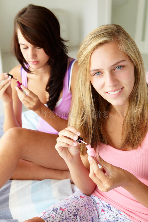 Amigos dos adolescentes que pintam pregos foto de stock