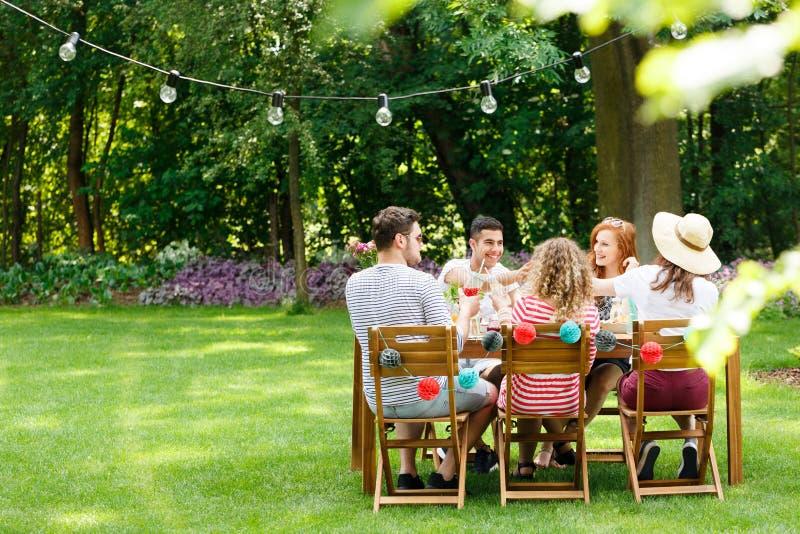 Amigos durante la reunión de la fiesta de cumpleaños fotos de archivo libres de regalías