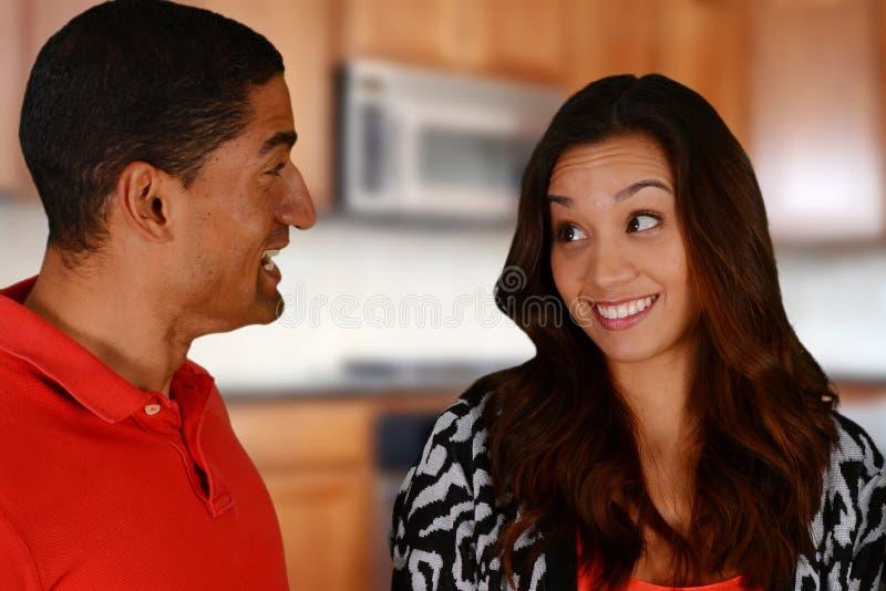 Amigos e família na cozinha imagens de stock royalty free