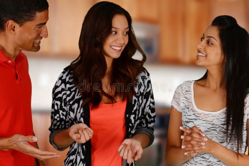 Amigos e família na cozinha fotos de stock