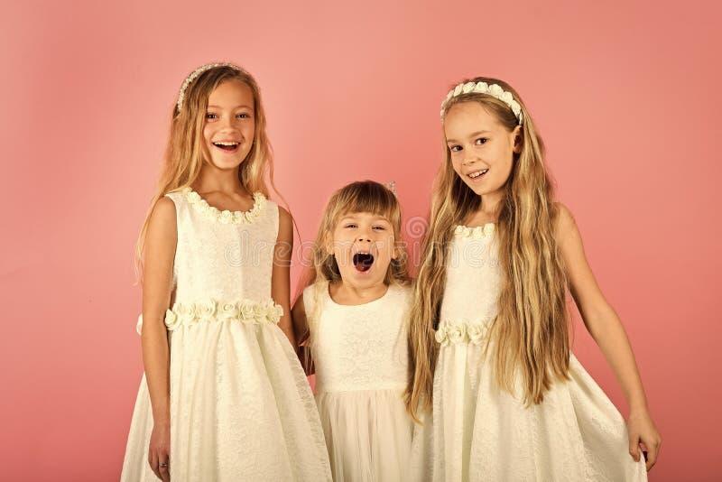 Amigos e irmãs crianças e felicidade das meninas dos amigos foto de stock