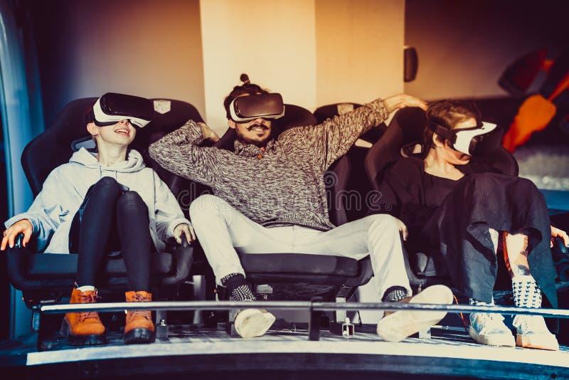 Amigos em óculos virtuais assistindo filmes no cinema com efeitos especiais em 5d fotos de stock