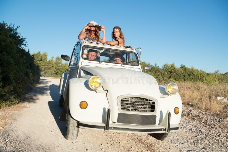Amigos em um carro imagens de stock royalty free
