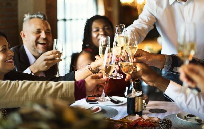 Amigos em um partido de jantar fotos de stock royalty free