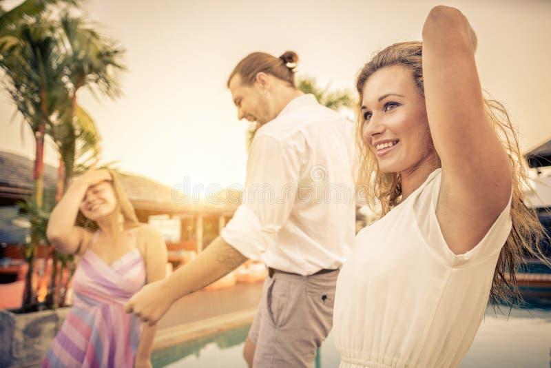 Amigos en el baile del partido foto de archivo libre de regalías