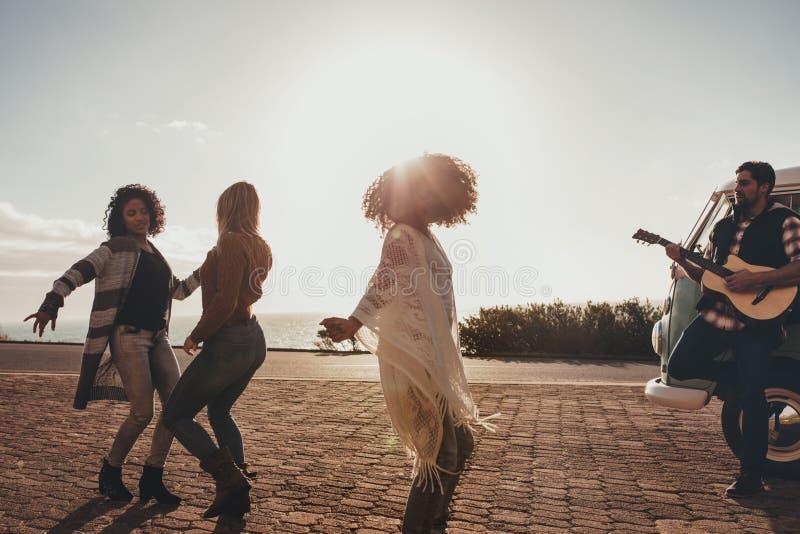 Amigos en el baile del roadtrip y la diversión el tener imagen de archivo