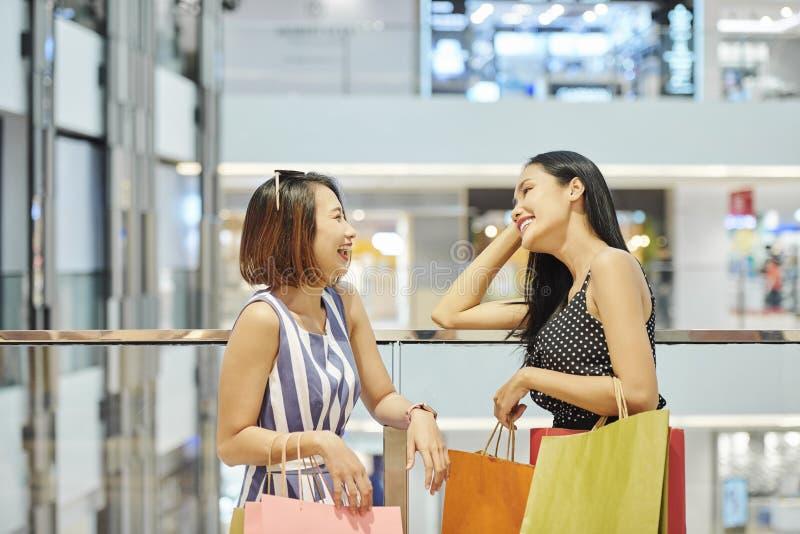 Amigos en el centro comercial fotografía de archivo