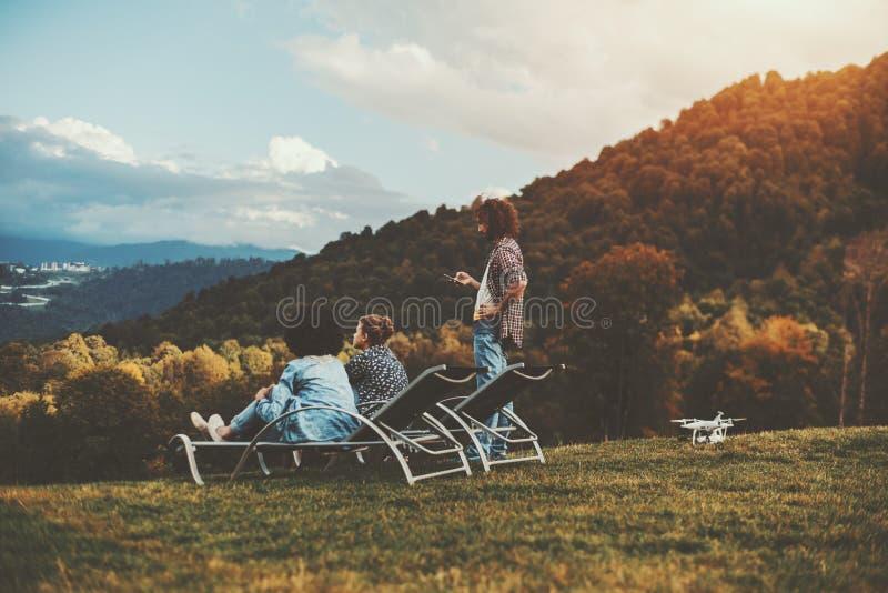 Amigos en el claro del otoño que disfrutan de paisaje imágenes de archivo libres de regalías