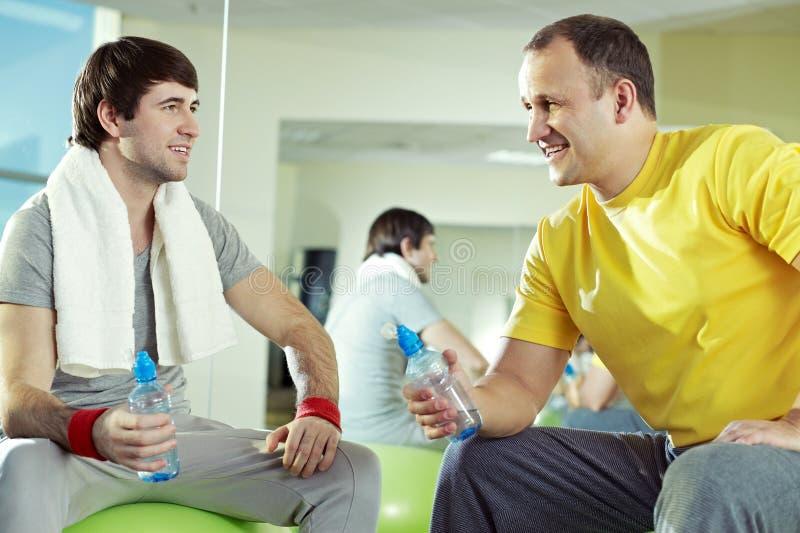 Amigos en el gimnasio imagen de archivo