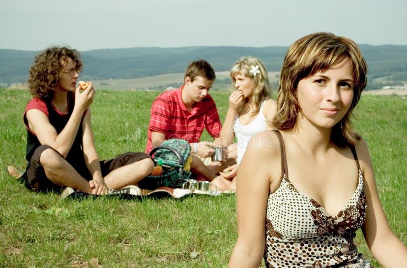 Amigos en la comida campestre foto de archivo libre de regalías