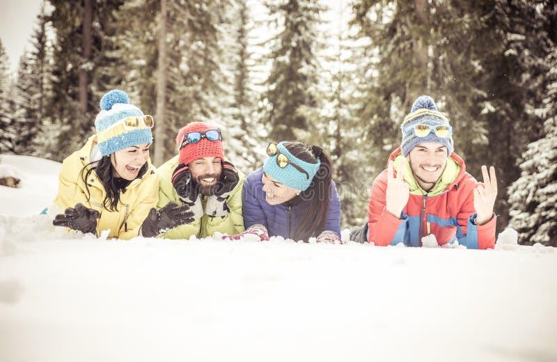 Amigos en la nieve imagenes de archivo