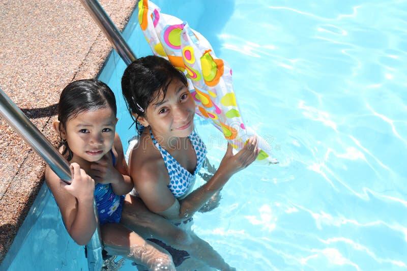 Amigos en la piscina imagen de archivo