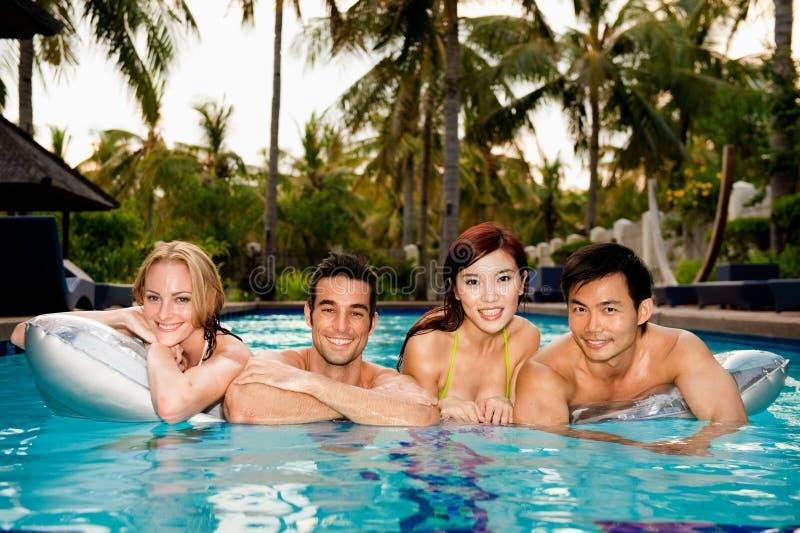 Amigos en piscina fotos de archivo libres de regalías