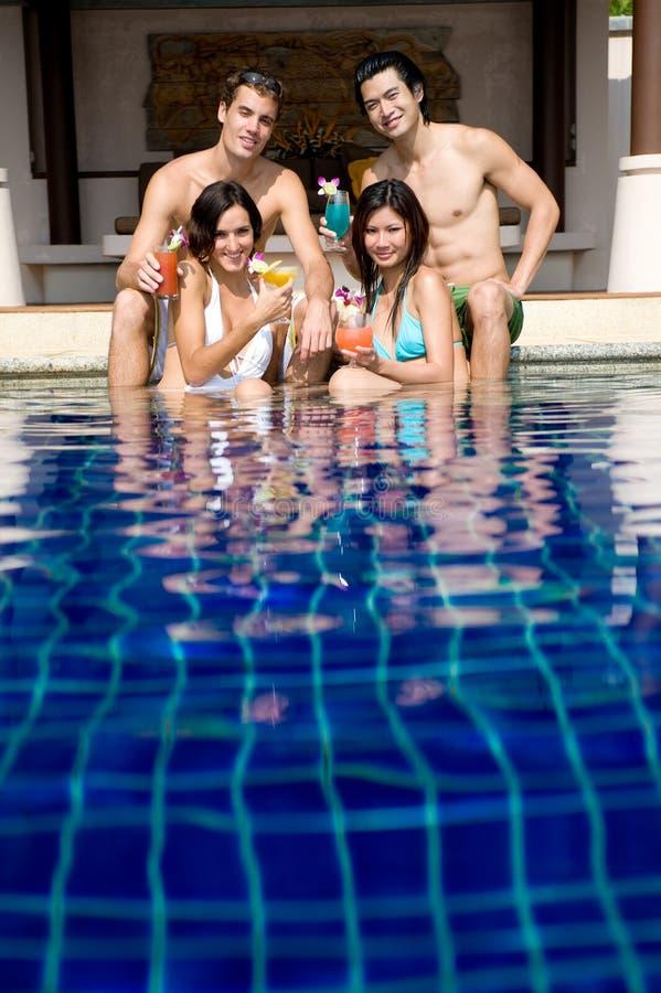 Amigos en piscina fotos de archivo
