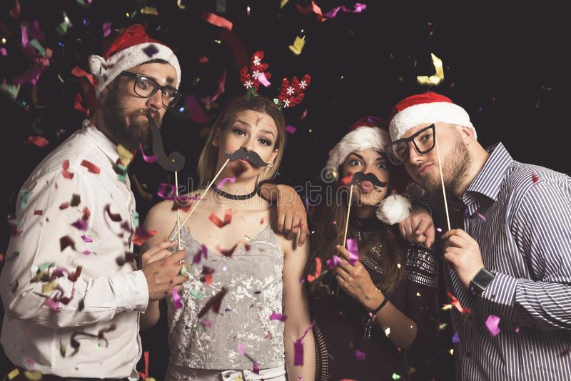 Amigos en un baile de disfraces del Año Nuevo fotos de archivo