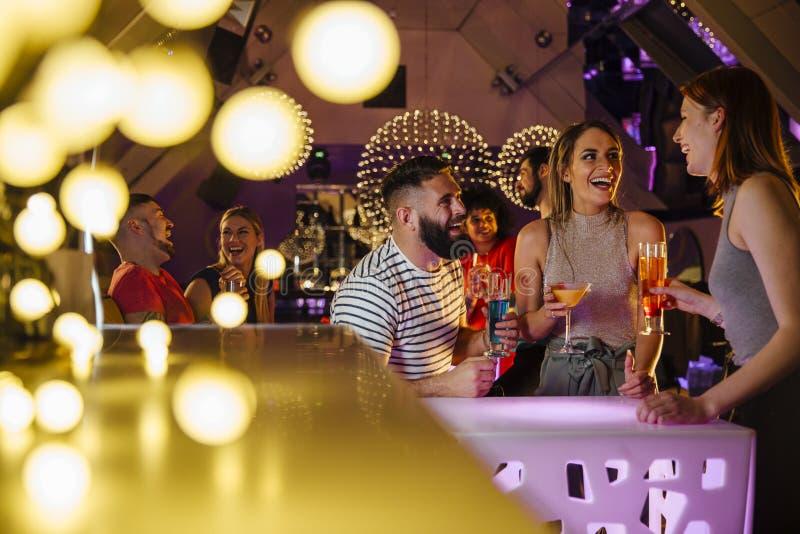 Amigos en un club nocturno foto de archivo