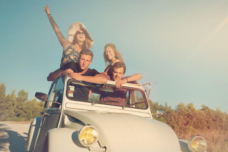 Amigos en un coche imagen de archivo libre de regalías