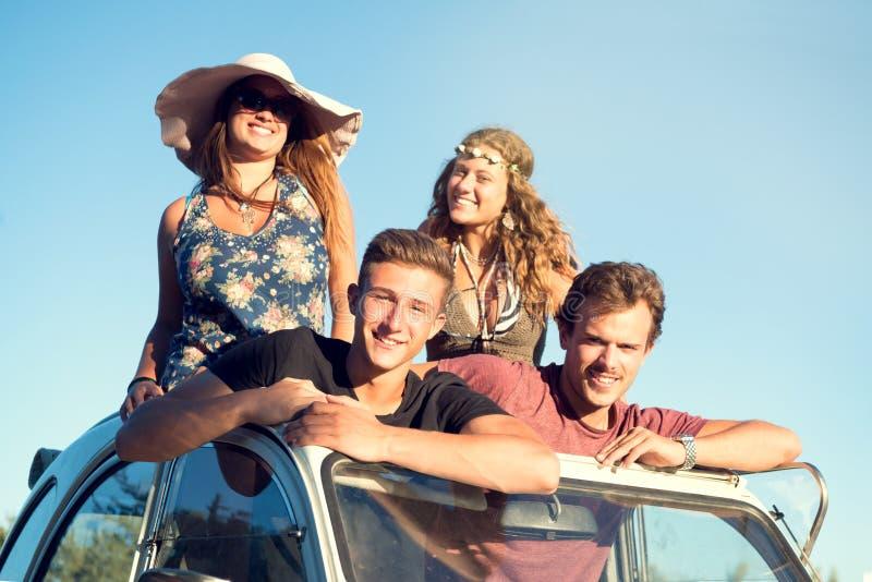 Amigos en un coche foto de archivo