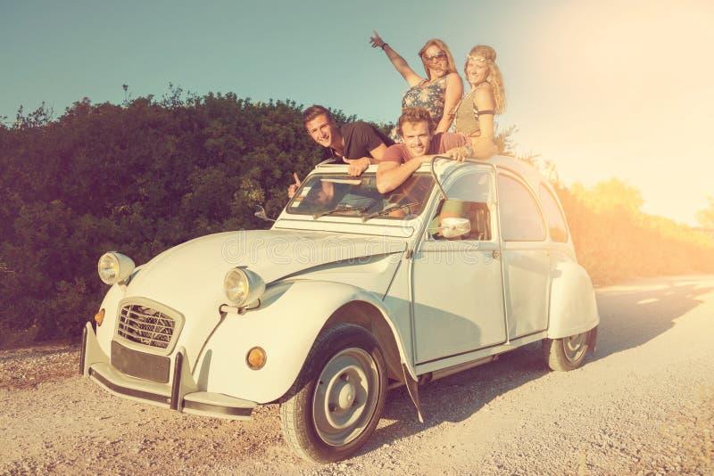 Amigos en un coche imagenes de archivo