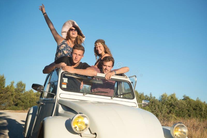 Amigos en un coche fotos de archivo libres de regalías