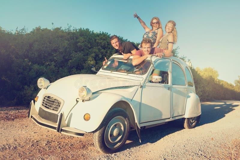 Amigos en un coche fotografía de archivo