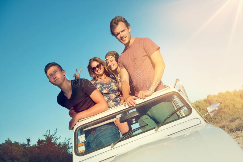 Amigos en un coche imágenes de archivo libres de regalías