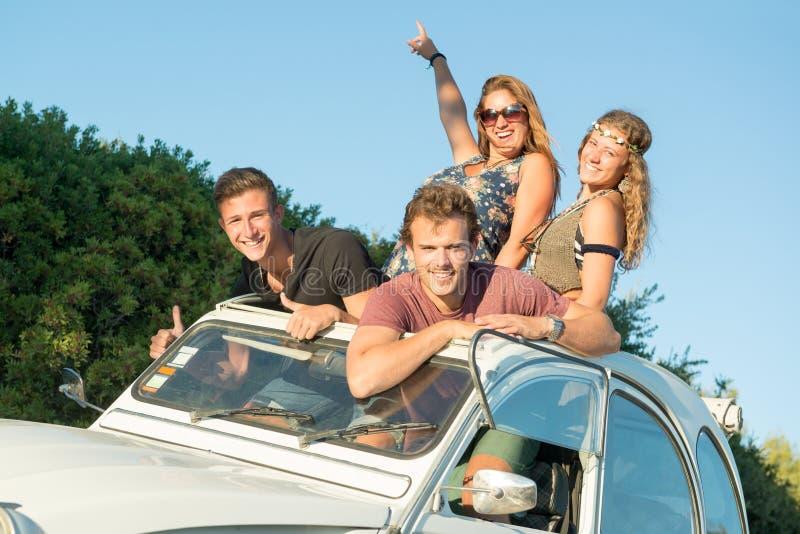 Amigos en un coche foto de archivo libre de regalías