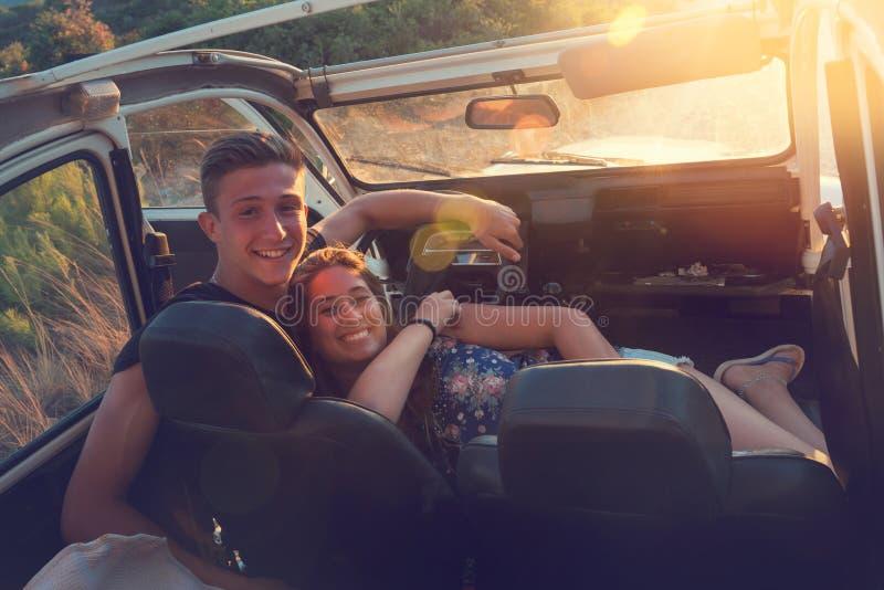 Amigos en un coche fotografía de archivo libre de regalías